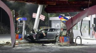 VIDEO: ΙΧ «καρφώθηκε» με μεγάλη ταχύτητα σε βενζινάδικο στην Καλαμαριά